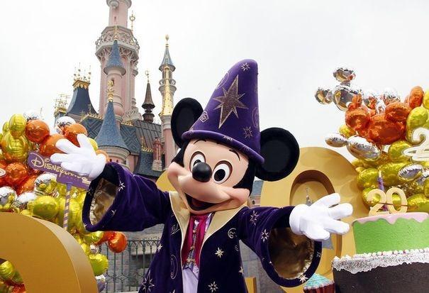 477906_un-personnage-de-disney-pose-a-disneyland-paris-pour-le-20e-anniversaire-du-parc-d-attraction-le-31-mars-2012