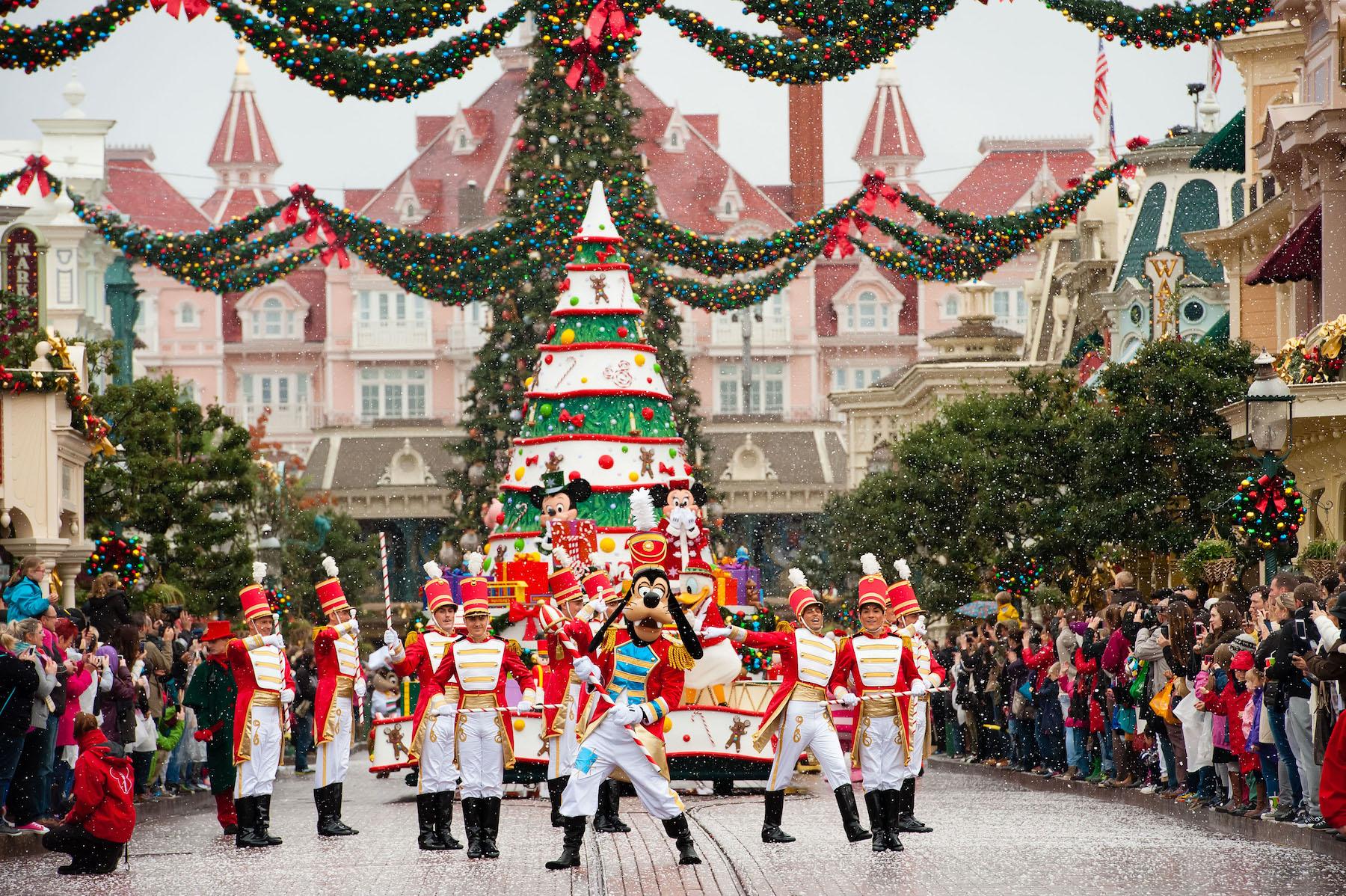 Cavalcade-Noel-Disneyland-Intro.jpg
