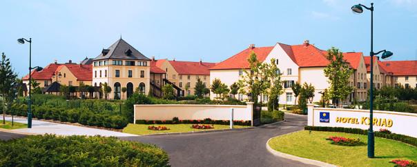 n006884_2017dec31_kyriad-hotel-entrance_900x360.jpg