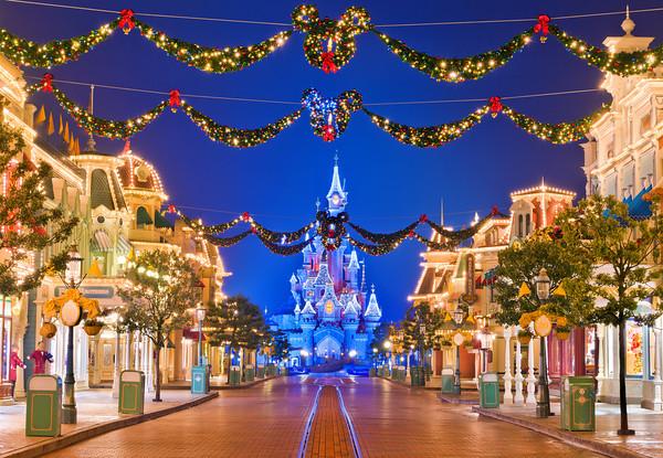 Disneyland-Paris-Empty-Main-Street-Night-M.jpg