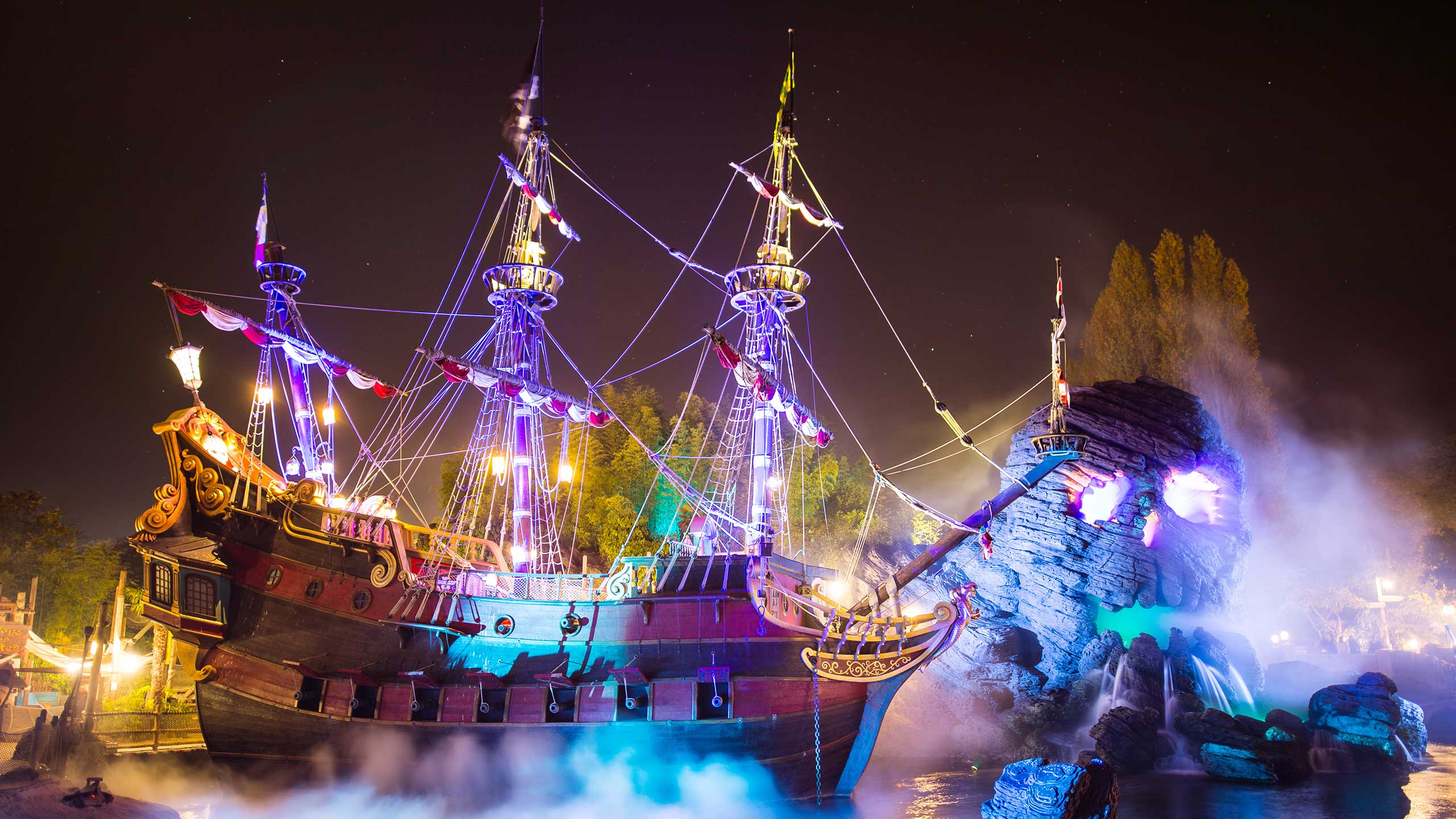 n029689_2023oct30_world_halloween-night-2016-pirate-ship-skull-rock_16-9_1014075234.jpg