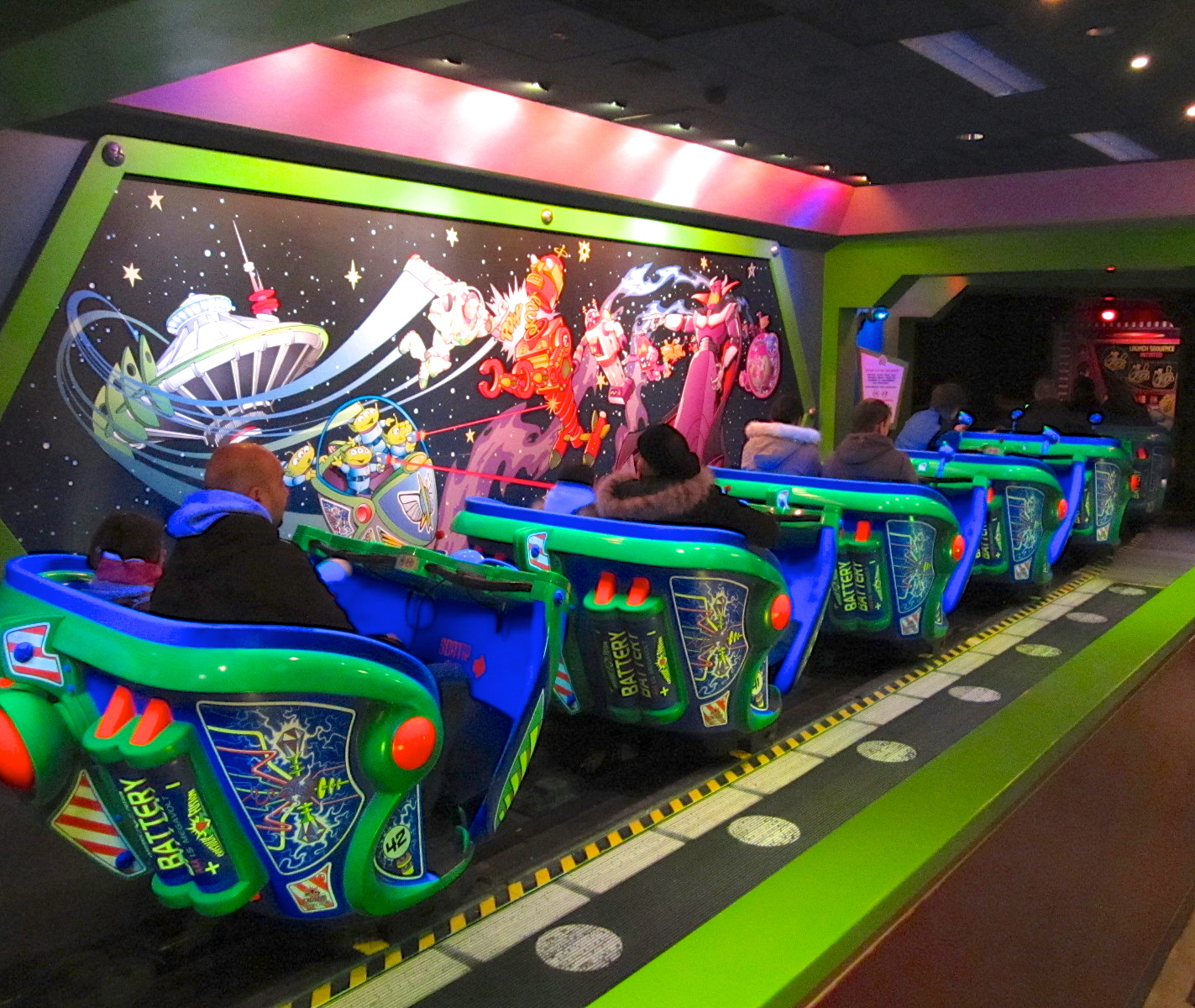 la-station-dembarquement-de-lattraction-buzz-lightyear-laser-blast-c3a0-disneyland-paris.jpg