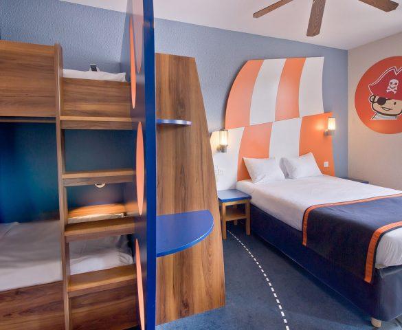 hotel-explorers-crew4-bunk2-585x480